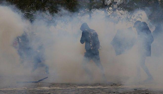 Κίτρινα Γιλέκα ένας χρόνος μετά: Άγριες συγκρούσεις διαδηλωτών με αστυνομικούς και δακρυγόνα στο Παρίσι