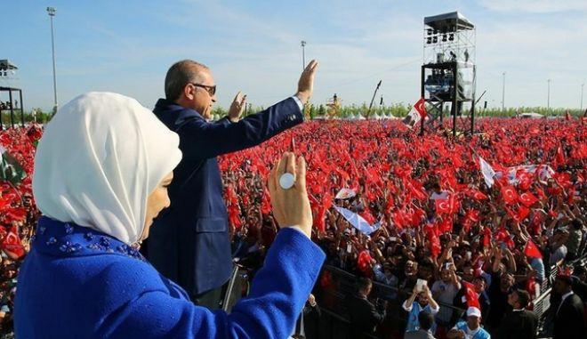 Ο Ερντογάν σε ρόλο Σουλτάνου έστησε φιέστα για την άλωση. Ζητούν να γίνει Τζαμί η Αγία Σοφία