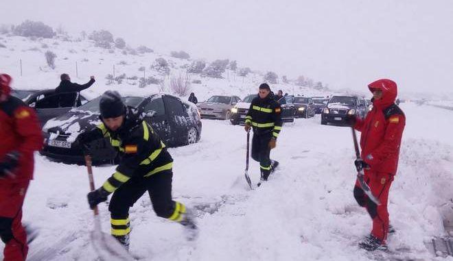 Στο έλεος του χιονιά η Ισπανία: Οδηγοί εγκλωβίστηκαν όλη νύχτα στα αυτοκίνητά τους