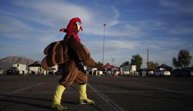 Άνδρας με στολή γαλοπούλας, ενόψει της Ημέρας των Ευχαριστιών