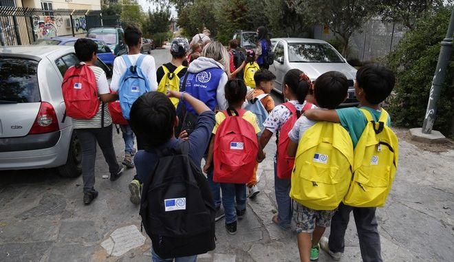 Ξεκίνησε σήμερα το πρόγραμμα ενσωμάτωσης προσφύγων στην εκπαιδευτική διαδικασία,για περίπου 1500 παιδιά προσφύγων και μεταναστών που ζούν στην χώρα μας σε δομές φιλοξενίας.Από σήμερα ανοίγουν δύο Δομές στην Αττική, δύο στη Θεσσαλονίκη, μία στην Ήπειρο και άλλη μία στην Εύβοια. Σταδιακά προβλέπεται η διεύρυνση των μονάδων αυτών σε όλες τις περιοχές της χώρας που φιλοξενούν προσφυγόπουλα.Περίπου 1.500 παιδιά ξεκινούν από σήμερα τα μαθήματά τους σε 20 σχολεία, με το τετράωρο πρόγραμμα για τους μαθητές του δημοτικού να περιλαμβάνει την εκμάθηση της ελληνικής, μια ξένης γλώσσα, όπως αγγλικά ή κάποια άλλη που συνδέεται με την πρόθεση των γονιών να μετακομίσουν σε κάποια άλλη χώρα.Τα στιγμιότυπα από το 72ο Δημοτικό σχολείο στο Θησείο,Δευτέρα 10 Οκτωβρίου 2016 (EUROKINISSI/ΣΤΕΛΙΟΣ ΜΙΣΙΝΑΣ)