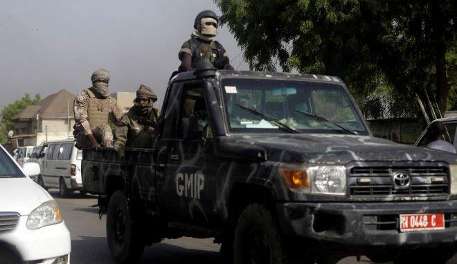 Αστυνομικοί περιπολούν σε δρόμο μετά από διαδήλωση στο Τσαντ.