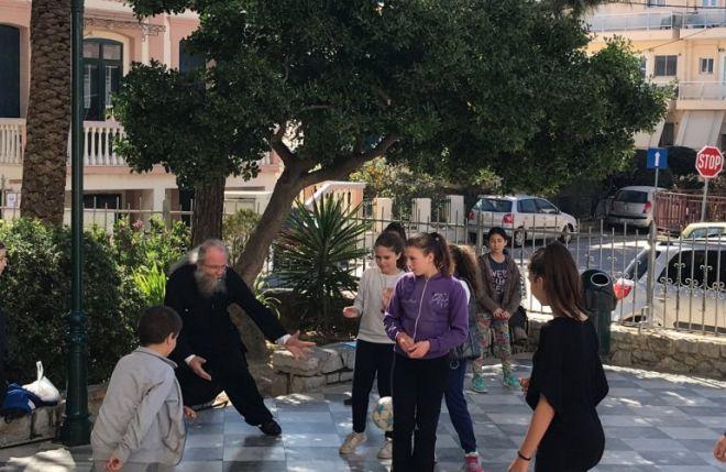 Ο πάτερ Χρυσόστομος Γουρλής παίζει μπάλα στον προαύλιο χώρο του ναού στη Χίο