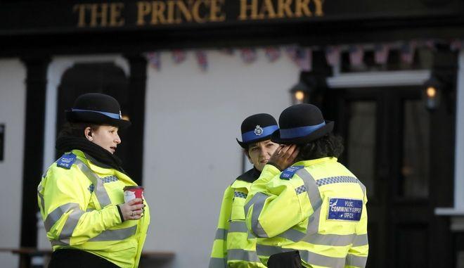 Οι αστυνομικοί στέκονται δίπλα στην παμπ Πάρι Χάρι στο Windsor, την Πέμπτη 9 Ιανουαρίου 2020