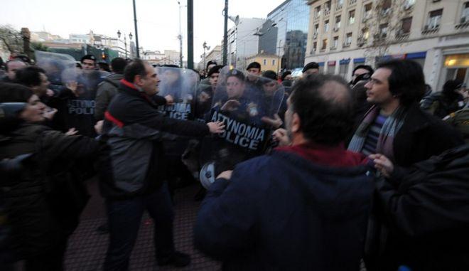 Ένταση μεταξύ διαδηλωτών και ανδρών των ΜΑΤ στα Προπύλαια την Τετάρτη 8 Ιανουαρίου 2014. Οι συγεντρωμένοι πολίτες αγνόησαν την αστυνομική απαγόρευση και προσήλθαν στην -προγραμματισμένη πριν από την απαγόρευση- συγκέντρωση στα Προπύλαια. (EUROKINISSI/ΑΝΤΩΝΗΣ ΝΙΚΟΛΟΠΟΥΛΟΣ)