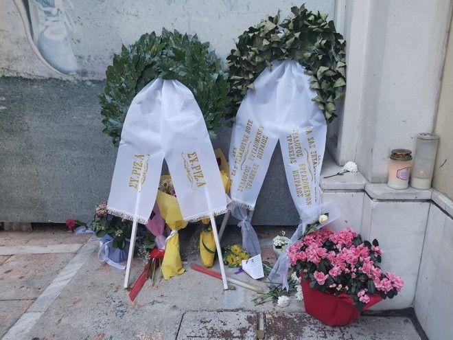 Ο Αλ. Τσίπρας κατέθεσε στεφάνι στη Marfin - Σκληρή κριτική στον Μητσοτάκη