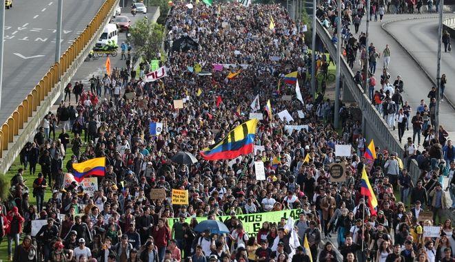 Πλήθος διαδηλωτών στην Κολομβία