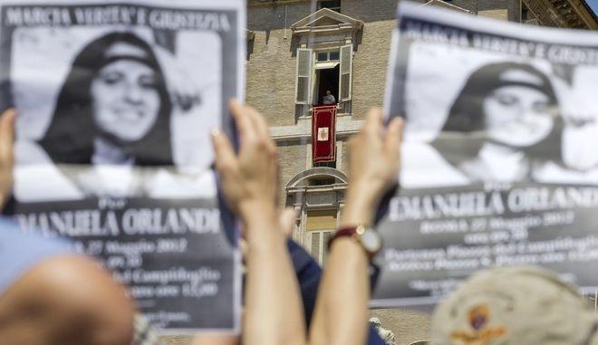 Διαδηλωτές στο Βατικανό τον Μάιο του 2012 ζητούν την αλήθεια για την μυστηριώδη εξαφάνιση της έφηβης Εμανουέλα Ορλάντι
