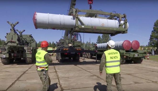 Στρατιωτικοί μεταφέρουν ρωσικό πυραυλικό σύστημα, Φωτο. Αρχείου