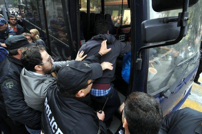 ΤΡΙΚΑΛΑ- ΠΑΡΕΛΑΣΗ ΓΙΑ ΤΗΝ ΕΠΕΤΕΙΟ ΤΗΣ 28ης ΟΚΤΩΒΡΙΟΥ-Διακόπηκε σχεδόν αμέσως με την έναρξη της η παρέλαση στα Τρίκαλα, όταν το πλήθος, έσπασε σε τρία σημεία το Αστυνομικό μπλόκο και επιτέθηκε στην εξέδρα των επισήμων.(EUROKINISSI/ΘΑΝΑΣΗΣ ΚΑΛΛΙΑΡΑΣ)
