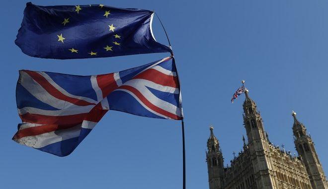Σημαίες της ΕΕ και της Βρετανίας έξω από το παλάτι του Γουέστμινστερ στο Λονδίνο