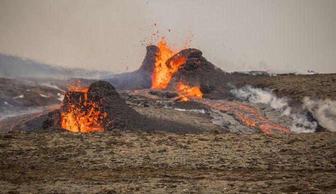 Εντυπωσιακά πλάνα: Τόνοι λάβας εκτοξεύονται από ηφαίστειο στην Ισλανδία