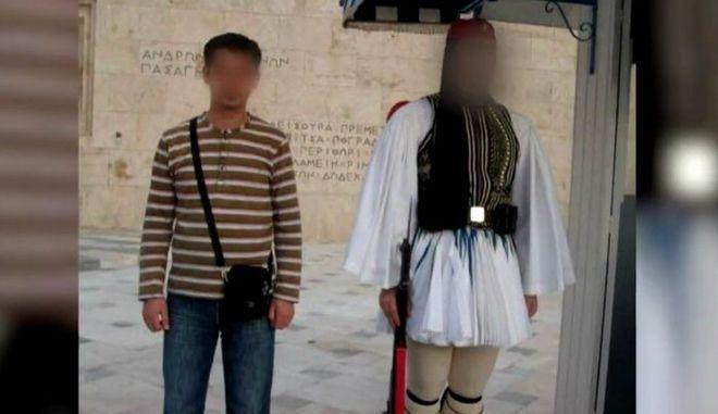 Ο τζιχαντιστής μπροστά στον Άγνωστο Στρατιώτη
