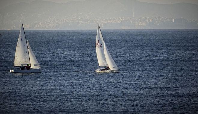 Ιστιοφόρα πλέουν στα ανοιχτά της θάλασσας στο Καβούρι Αττικής το Σάββατο 17 Φεβρουαρίου 2018. (EUROKINISSI/ΓΙΩΡΓΟΣ ΚΟΝΤΑΡΙΝΗΣ)