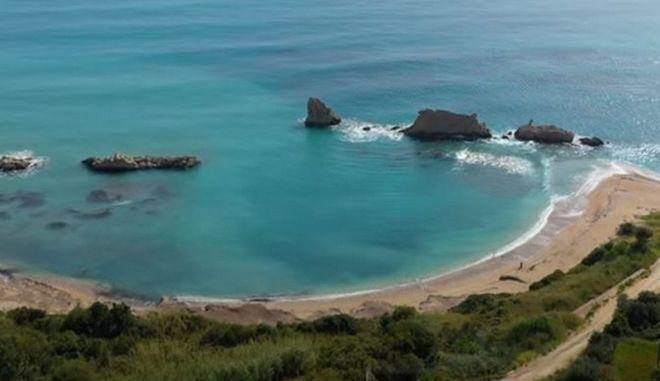 Αρτολίθια: Η εκπληκτική παραλία της Ηπείρου με τους φυσικούς κυματοθραύστες