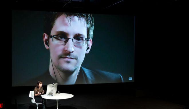 Φωτό από διαδικτυακή συνομιλία του Σνόουντεν με τη δημοσιογράφο Τζέιν Μαγερ, τον Οκτώβρη του 2014