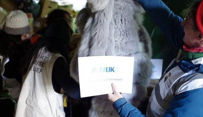 H PETA προσφέρει γούνες στους πρόσφυγες της Λέσβου