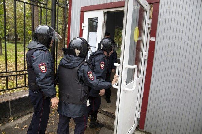 Αστυνομικοί εισβάλλουν στο Πανεπιστήμιο Περμ μετά τη φονική επίθεση