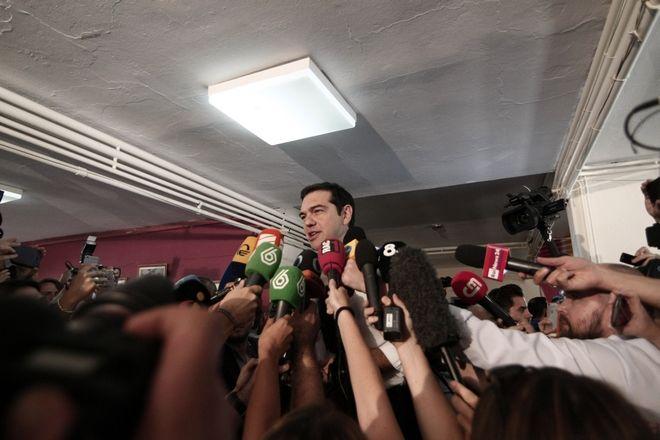 Ο Αλέξης Τσίπρας ψηφίζει για το δημοψήφισμα την Κυριακή 5 Ιουλίου 2015. (EUROKINISSI/ΣΤΕΛΙΟΣ ΣΤΕΦΑΝΟΥ)
