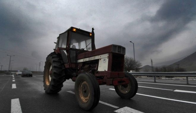 Τρακτέρ κινείται πάνω στην εθνική οδό Τρικάλων - Λάρισας για να ανσωματωθεί στο μπλόκο των αγροτών στη Νίκαια Λάρισας, την Πέμπτη 26 Ιανουαρίου 2017. (EUROKINISSI/ΘΑΝΑΣΗΣ ΚΑΛΛΙΑΡΑΣ)