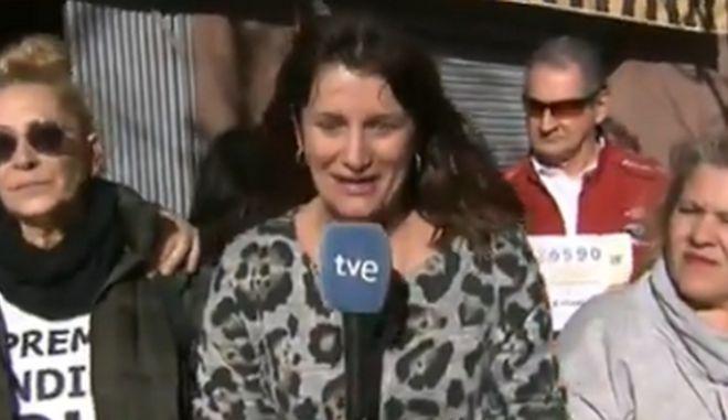 Η δημοσιογράφος της ισπανικής τηλεόρασης RTVE την ώρα που ανακοινώνει τα ευχάριστα