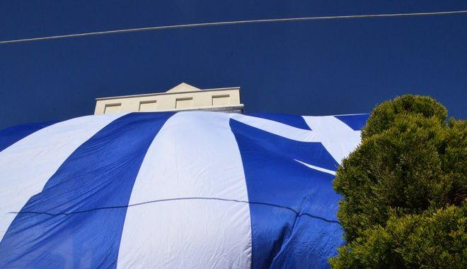 ΑΡΓΟΛΙΔΑ-ΝΕΑ ΚΙΟΣ-Ο Γιάννης Αθανασόπουλος,εκπρόσωπος φίλων σημαίας της Νέας Κίου, σκέπασε το σπίτι του με την ελληνική σημαία 130τμ σήμερα παραμονή της επετείου 25ης Μαρτίου,  όπως λέει '' τσαντίστηκε με τον  Ερντογάν που σκέπασε με τούρκικη σημαία την Ελλάδα σε μία εφημερίδα...η Ελλάδα υπήρχε,υπάρχει και θα υπάρχει ''.(EUROKINISSI-ΒΑΣΙΛΗΣ ΠΑΠΑΔΟΠΟΥΛΟΣ)