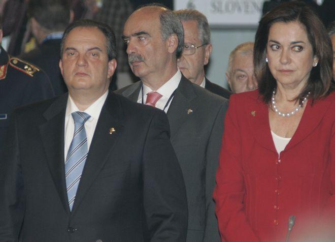 Ο πρωθυπουργός Κώστας Καραμανλής, η Υπουργός Εξωτερικών Ντόρα Μπακογιάννη και ο Υπουργός Εθνικής 'Άμυνας κ.Μεϊμαράκης, στη σύνοδο κορυφής του ΝΑΤΟ, Απρίλιος 2008