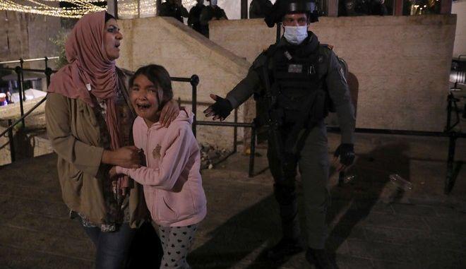 Φοβισμένες μητέρα και κόρη από τις συγκρούσεις και τους βομβαρδισμούς. Στιγμιότυπο έξω από την Πύλη της Δαμασκού προς την Παλιά Πόλη της Ιερουσαλήμ