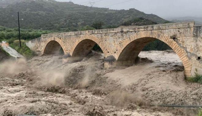 Κακοκαιρία στην Κρήτη: Παρασύρθηκαν οχήματα, έκλεισαν δρόμοι - Κινδυνεύει η ιστορική γέφυρα του Μύρτου