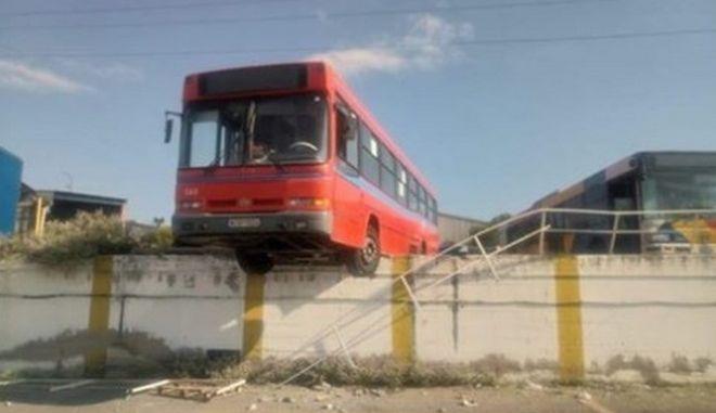 Λεωφορείο του ΟΑΣΘ χωρίς φρένα βρέθηκε να κρέμεται στο κενό