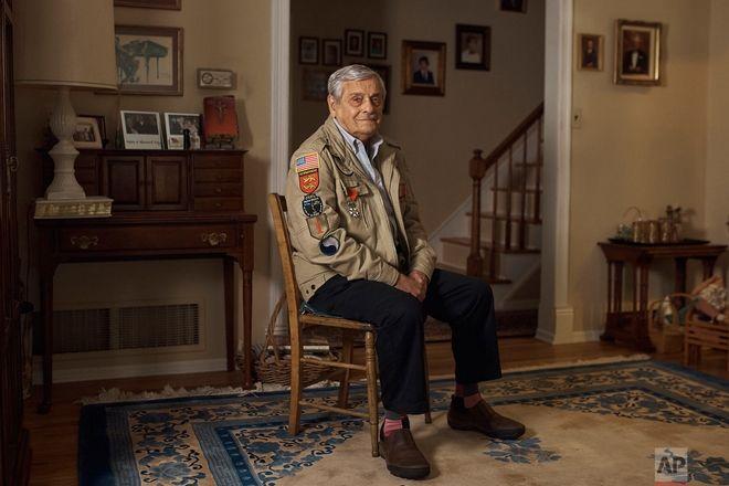 Ο Frank DeVita που πολέμησε στον Β Παγκόσμιο Πόλεμο και έλαβε μέρος στην απόβαση της Νορμανδίας, πόζαρε στο σπίτι του. Τον Ιούνιο θα ταξιδέψει για 12η φορά στη Νορμανδία. Του αρέσει να φέρνει ανθρώπους μαζί του για να μαθαίνουν τί έγινε εκεί.