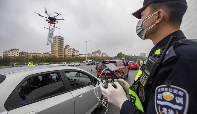 Αστυνομικός χειριστής drone. Φωτό αρχείου.