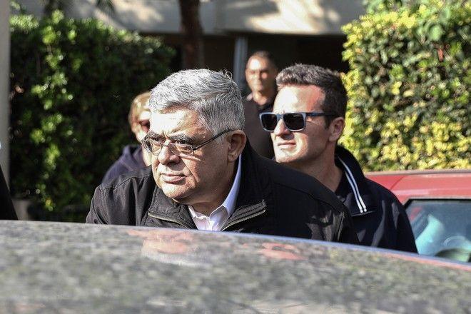 Ο Νίκος Μιχαλολιάκος βγαίνει από το σπίτι του προκειμένου να πάει να παραδοθεί, την Πέμπτη 22 Οκτωβρίου 2020