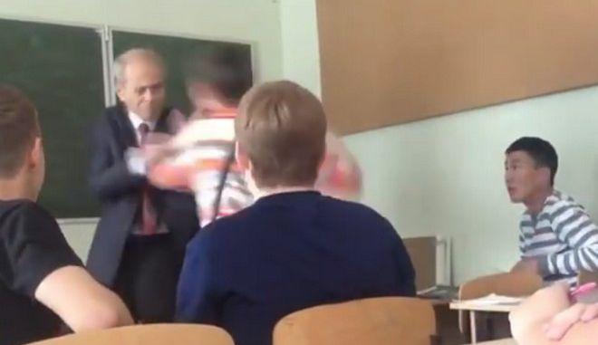 Βίντεο: Η επίθεση μαθητή στον καθηγητή του και η απάντηση των συμμαθητών του