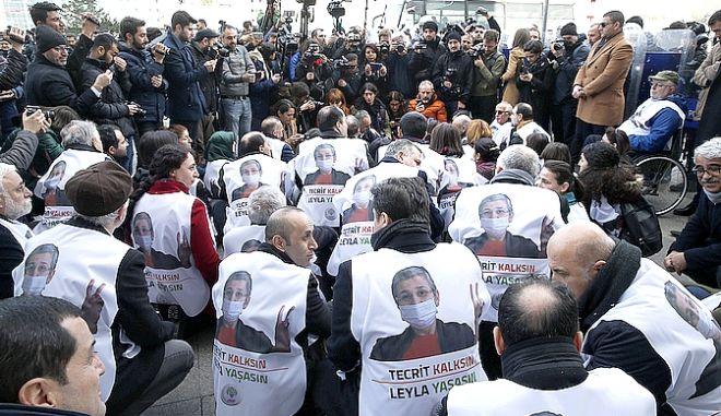 Διαδηλωτές με το πρόσωπο της απεργού πείνας Λεϊλά Γκιουβέν στην πλάτη τους
