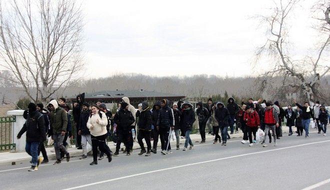Μετανάστες σε δρόμο κοντά στα ελληνοτουρκικά σύνορα
