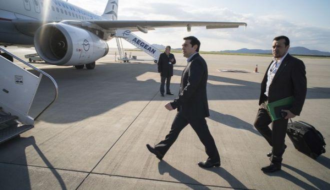 Ο πρωθυπουργός Αλέξης Τσίπρας συνομιλέι με δημοσιογράφους στο αεροπλάνο που τους μεταφέρει στις Βρυξέλλες για την συνεδρίαση του Eurogroup την Πέμπτη 23 Απριλίου 2015. (ΓΡΑΦΕΙΟ ΤΥΠΟΥ ΤΟΥ ΠΡΩΘΥΠΟΥΡΓΟΥ/ANDREA BONETTI/EUROKINISSI)