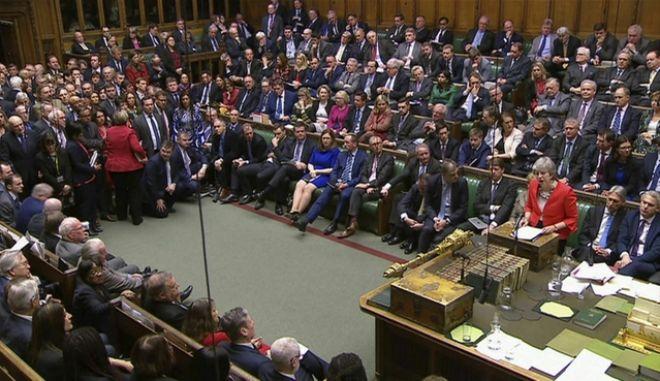 Η βρετανίδα πρωθυπουργός Theresa May μιλά στους νομοθέτες στο βρετανικό κοινοβούλιο