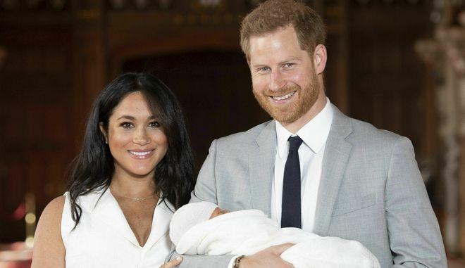 Ο Πρίγκιπας Χάρι και η Μέγκαν Μαρκλ λίγο μετά τη γέννηση του παιδιού τους.