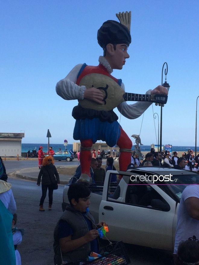Παρέλαση αρμάτων και καρναβαλιστών στο Ηράκλειο