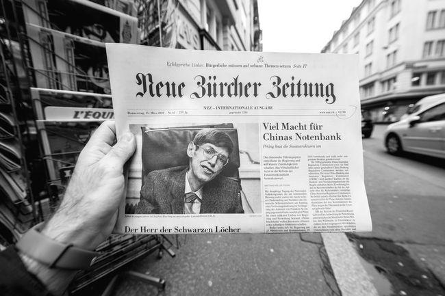 Εφημερίδα με το πορτρέτο του Στίβεν Χόκινγκ