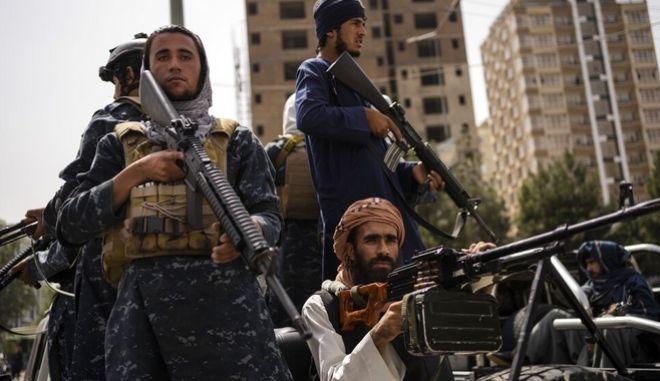 Οπλισμένοι Ταλιμπάν στους δρόμους της Καμπούλ