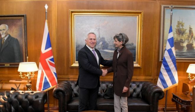 Ο Υπουργός Εθνικής Άμυνας Ευάγγελος Αποστολάκης με την πρέσβειρα του Ηνωμένου Βασιλείου, Kate Smith