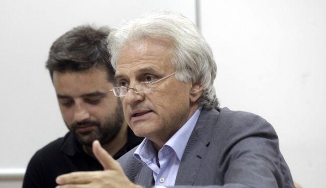 Κατά της αξιολόγησης τάσσονται δέκα δήμαρχοι της Αττικής που στηρίζονται από τον ΣΥΡΙΖΑ και οι οποίοι παραχωρησαν  κοινή συνέντευξη Τύπου με θεμα με θέμα  την αντιμετώπιση του τεράστιου προβλήματος που έχει προκύψει σχετικά με την αποστολή στοιχείων για την «αξιολόγηση» με ποσόστωση των δημοτικών υπαλλήλων και για την επανεξέταση των συμβάσεων των ΙΔΑΧ. .Σε κοινή δήλώση τους αναφέρουν ότι: Η προσπάθεια της κυβέρνησης να βγεμίσειβ τη βδεξαμενήβ των απολύσεων, ώστε να μην παρεκκλίνει ούτε κατ' ελάχιστο των δεσμεύσεών της έναντι της τρόικα βάζει για ακόμη μία φορά στο στόχαστρο την Αυτοδιοίκηση β αυτή τη φορά με τον κατ' ευφημισμό βεπανέλεγχοβ των συμβάσεων εργασίας που μετατράπηκαν από ορισμένου σε αορίστου χρόνου.--ΣΤΗ ΦΩΤΟ   ΦΩΤΟ ΧΡΗΣΤΟΣ ΜΠΟΝΗΣ//EUROKINISSI