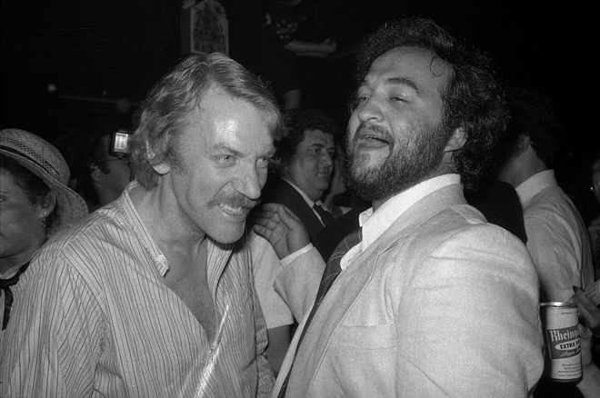 Ο Donald Sutherland και ο John Belushi σε ένα πάρτυ.