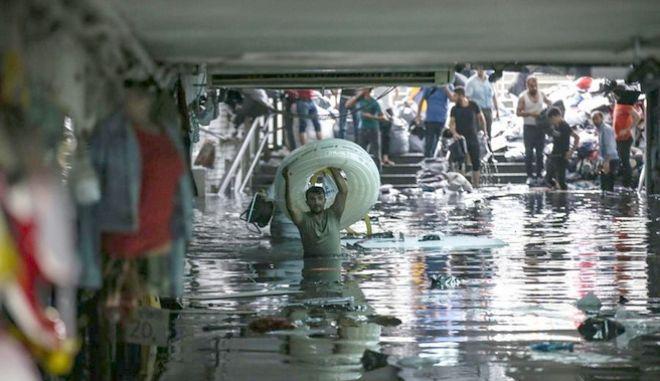 Πλάνο από την καταρρακτώδη βροχή