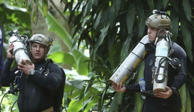 Διασώστες που συμμετέχουν στην επιχείρηση απεγκλωβισμού των 12 αγοριών στην Ταϊλάνδη