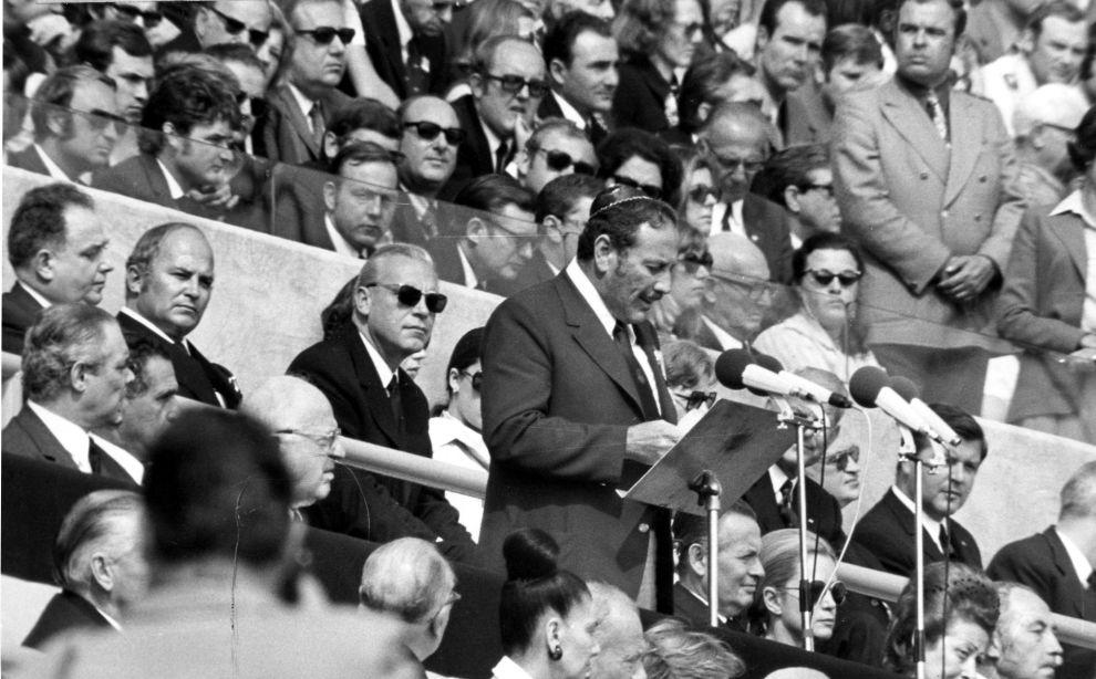 Ο επικεφαλής της Ισραηλινής Ολυμπιακής αποστολής, Σμουέλ Λάλκιν, κατά την εκφώνηση του επικήδειου για τα θύματα των τρομοκρατών στην επιμνημόσυνη τελετή στο Ολυμπιακό Στάδιο του Μονάχου (6/9/1972).