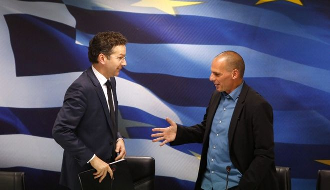 Jeroen Dijsselbloem, (L) head of the euro zone finance ministers' group, and Greek Finance Minister Yanis Varoufakis shake hands after their common press conference at the ministry in Athens January 30, 2015. Greece's government will not cooperate with the EU and IMF mission bankrolling the country and will not seek an extension to the bailout programme, its finance minister said on Friday. REUTERS/Kostas Tsironis (GREECE - Tags: POLITICS BUSINESS) - RTR4NMJ4