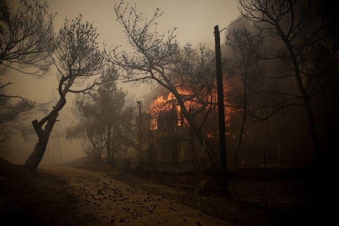 Επτά σπίτια τυλίχθηκαν στις φλόγες.Η Πυροσβεστική διπλασίασε τις δυνάμεις της στο σημείο.